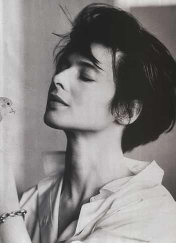 着くずしたシャツとショートカット。美しい横顔が映えるイザベラ・ロッセリーニの写真