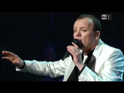 Gigi D'Alessio - Lacrime Napulitane - Radio City Music Hall - YouTube