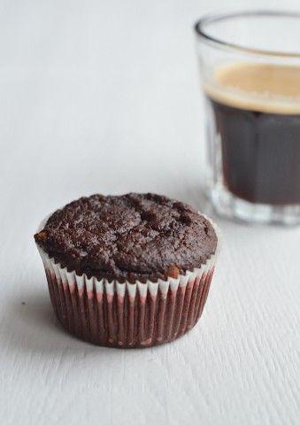 choco muffins - Uit Paulines Keuken 150 gr amandelmeel 2 bananen 3 grote Medjool dadels (60 gr) 2 eieren 100 ml (soja) melk 30 gr cacao 50 gr pure chocolade 2 tl bakpoed...