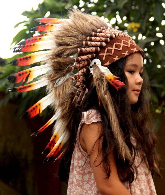 Réplique de coiffe indien enfant, courte longueur  À la main avec des plumes, tissu suédé, perles  Veuillez noter que nos produits sont faits à la