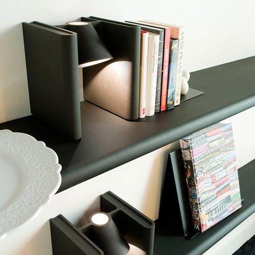 Mr. Ed is gemaakt uit gegoten aluminium met een zwarte poedercoating. Aan de onderzijde van de boekensteun is vilt bevestigd om eventuele beschadigingen tegen te gaan. Mr. Ed heeft een fitting voor een E14 lampje van maximaal 40 watt en een kabel van 150 cm.   Afmeting: 18.2 x 21 x 17 cm (bxhxd)