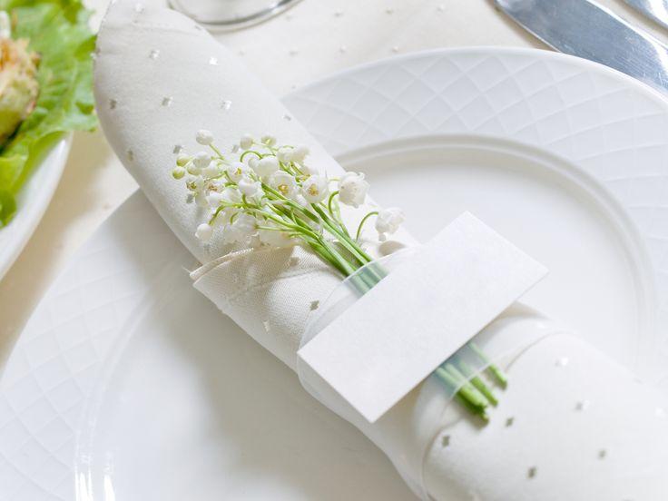 Dekoracja z konwalii, fot. Shutterstock #konwalie #serwetka #talerzyk #biały #serweta #zastawa #serwis #origami #ozdoby #dekoracje #komunia #święta #impreza #przyjęcie #uroczystość #dekorowanie #ozdabianie #dom #stół #gospodyni #white #flowers #decorations #table #party #ideas #decorating