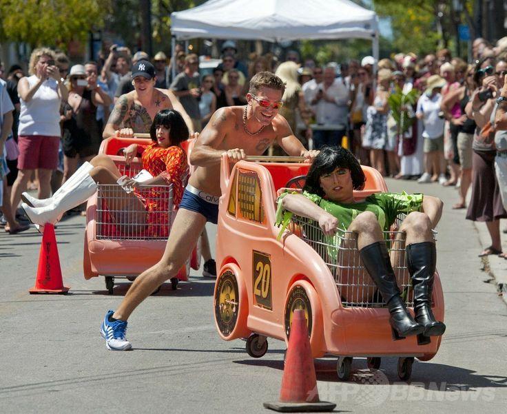米フロリダ(Florida)州キーウェスト(Key West)のデュバル通り(Duval Street)で行われた「ドラァグ・レース(Drag Race)」の出場者ら(2014年4月19日撮影)。(c)AFP/Florida Keys News Bureau/Rob O'NEAL ▼20Apr2014AFP|米フロリダ州でドラァグ・レース、「共和国」の独立を記念 http://www.afpbb.com/articles/-/3013064