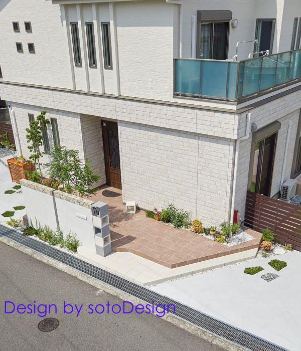 シンプルで開放的な門まわり。 おしゃれな外構デザインです。 全体写真や詳しい情報はサイトで。#sotoDesign #ソトデザイン  #外構デザイン #おしゃれな玄関 #タイルポーチ #シンプルモダン #エクステリア #exterior #garden #design