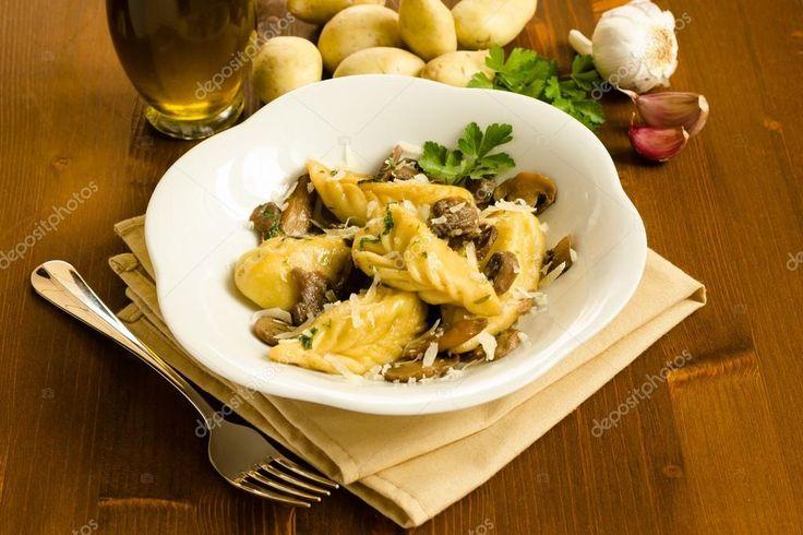 Culurgiones con ripieno di patate e formaggio di capra, in salsa di funghi porcini trifolati alla Malvasia di Bosa D.O.C. di nostra produzione.