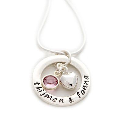 Moeder ketting van echt zilver, handgestempeld met de naam of namen van jouw (klein)kinderen. Afgewerkt met Swarovski geboortesteen en zilveren hartje.