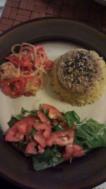 Arroz integral con amaranto y sésamo negro; saltado de cebolla y morrón y ensalada.