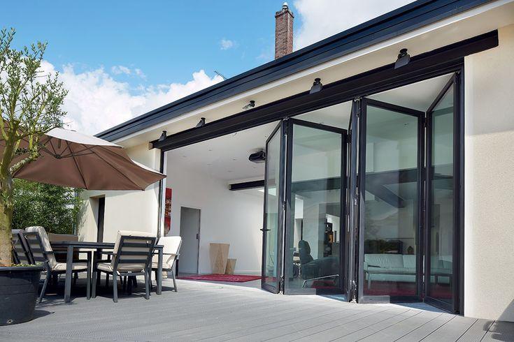 Een moderne aluminium vouwwand in een klassieke woning.