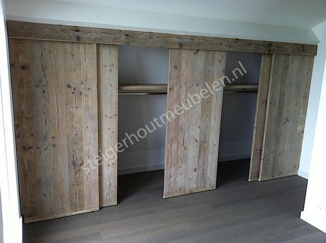 Schuifdeuren voor knieschotten op zolder maken van steigerhout.