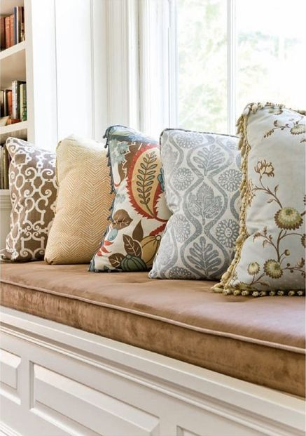 .Love the mixture of fabric patterns on the pillows