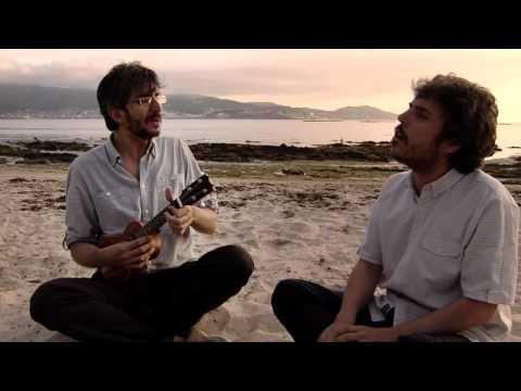 """Turnedo - 44.2 Iván Ferreiro y Xoel López (Sesiones Ligeras) """"Desde aquí, desde mi casa, veo la playa vacía. Ya lo estaba hace unos días. Ahora está llena de lluvia y tú ahí sigues sin paraguas, sin tu ropa, paseando como una tarde de julio pero con frío y tronando."""""""