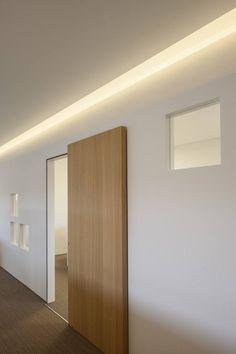 Houten schuifdeur met blinde bevestiging. Panelen van massief hout op maat vind je o.a. op Houtmerk.nl More