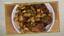 Μπριζόλες με πατάτες στο φούρνο & σαλάτα με φασολάκια
