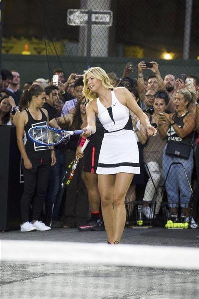 米スポーツ用品大手ナイキが米ニューヨークで開催したイベントに参加したマリア・シャラポワ。コートの印象と少々違って、やはりセクシーです=8月24日(AP)