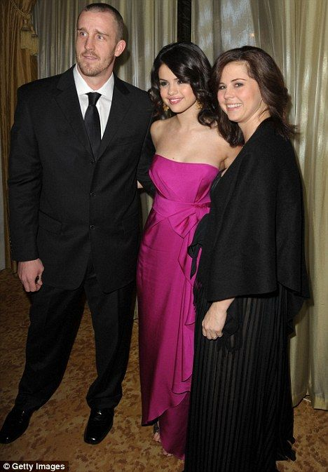 selena gomez and mom photos   Selena Gomezs mother Mandy Cornett having a baby: Star shares family ...