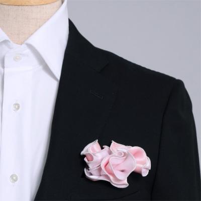 ピンクと白、どちら色でも使えるシルク100%のリバーシブルポケットチーフ。挿す際の形を作りやすいリング付き。 Pocket handkerchief 100% silk that can be used on both sides (with ring)