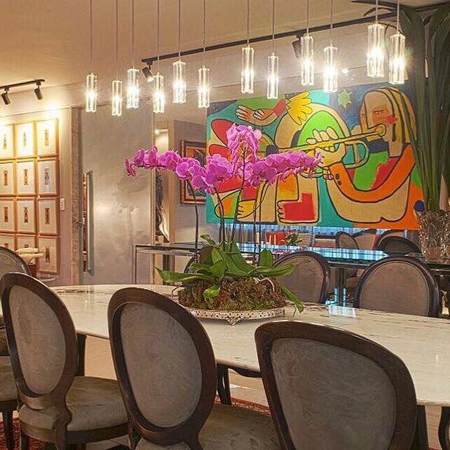 Living e jantar integrados com muita personalidade, refletida nas peças clássicas, juntas com obras de arte contemporâneas que fazem parte do acervo da família. O projeto luminotécnico utilizou peças de design contemporâneo.  📐Projeto Matheus Bulhões