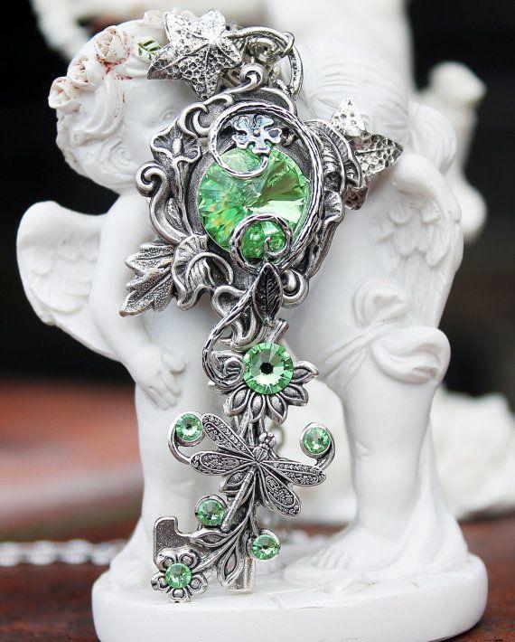 Collier, touche verte, clé vert nature, clé de druide, collier swarovski, bijoux clé porte-clé