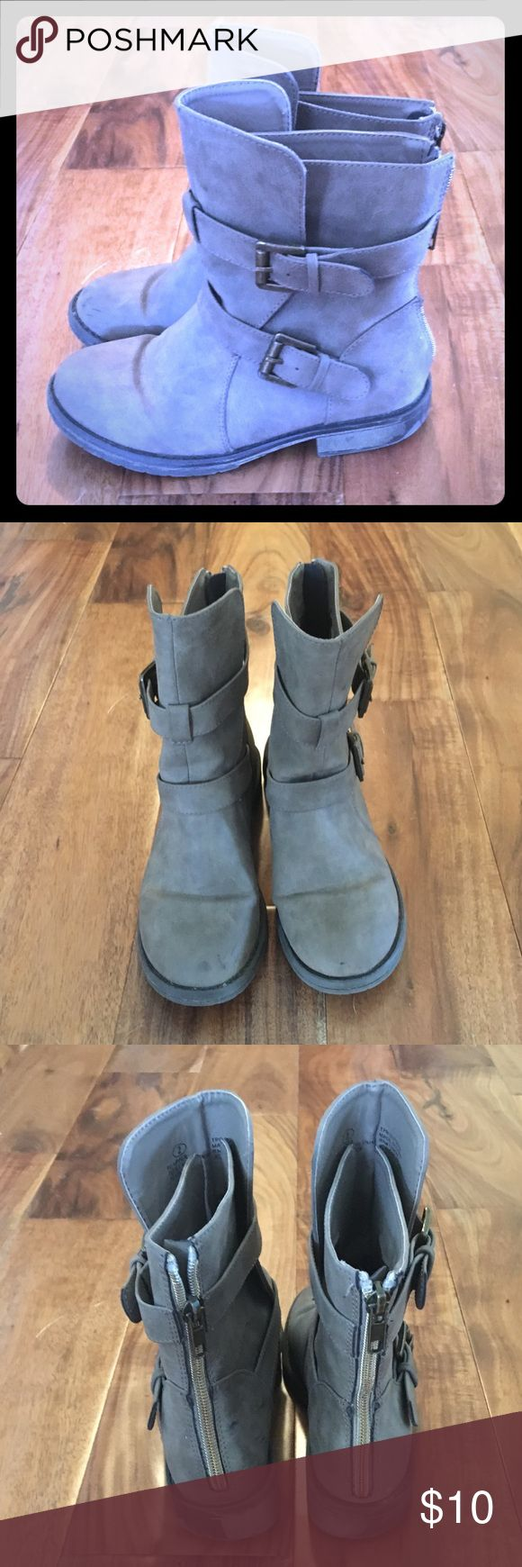 Steve Madden Boots GIRLS Size 2 Steve Madden Boots Used Bottom of sole shoes wear Steve Madden Shoes Boots