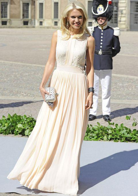De esta misma boda fichamos a Andrea Engsall, muy sencilla pero chic con un vestido nude con cuerpo bordado y falda plisada.