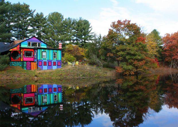 """Quando a artista americana Kat O'Sullivan comprou uma casa de 1840 ao norte do estado de Nova Iorque, ela planejou sua total reconstrução. A transformação não seria nada comum, mas com muitos tons e estampas psicodélicas, já que Kat vive """"em um labirinto de cores"""". - See more at: http://followthecolours.com.br/follow-decora/artista-transforma-sua-casa-em-ny-com-cores-e-estampas-psicodelicas/#sthash.1W4VLmZN.dpuf"""