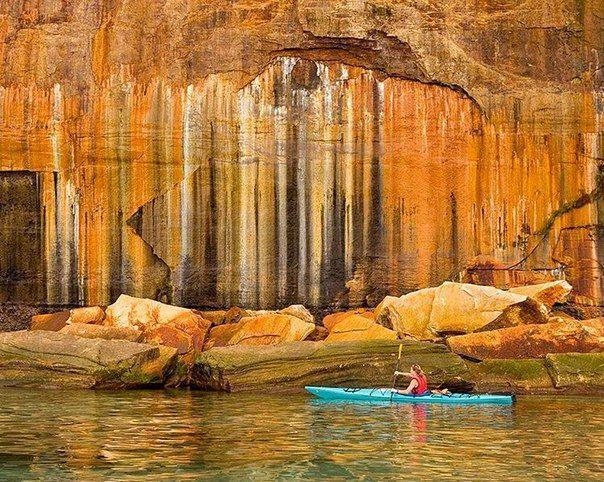 Каякинг вдоль красочных скал Национального парка Побережье Пикчерд-Рокс, озеро Верхнее, Мичиган, США