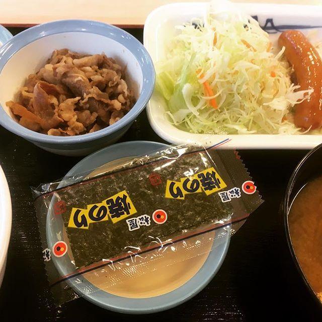 I'm sorry my yoshinoya san. I am a bad fat who is cheating on Matsuya san. #matsuya #japan #sausage #egg #cabbage #beef #meat #ricebowl #rice #seaweed #misosoup #pickles #breakfast #instafood #foodporn #gastroporn #松屋 #日本 #ソーセージ #エッグ #牛皿 #牛肉 #肉 #海苔 #味噌汁 #おしんこ #漬物 #朝ごはん #定食 #飯テロ