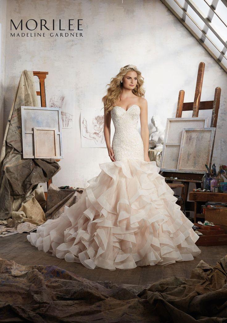 Weneckie koronki i falbany z organzy, to nietuzinkowe połączenie najnowszych trendów ślubnych w sukni Mori Lee z kolekcji Blu. Jedyna …