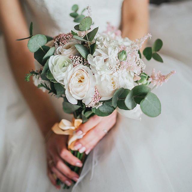 Каждой клеточкой любим все наши букетики  Фото Юлечка Булгакова @sjwedd_photo #bridebouquet #weddingbouquet #wedding_art_decor #wedart #wed_art #weddingart #decor #weddingdecor #kiev #kievweddingdecor #свадьбавкиеве #декоркиев #флористикакиев #свадьба #флористкиев #мысчастливы #мы_женим_людей #follow #followme #like4like #likeforlike #l4l