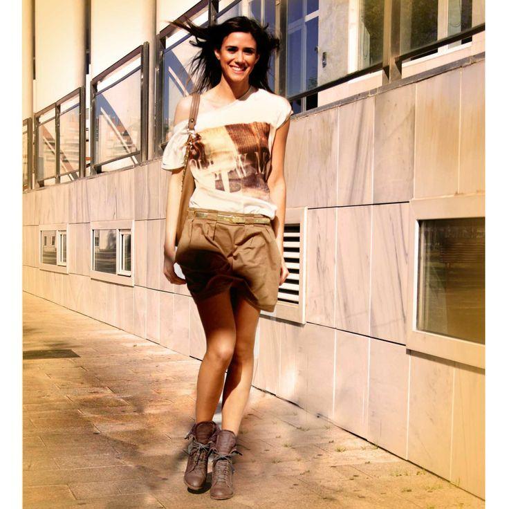 Tonos Dorados Para Un Look Casual Chic. Falda globo, camiseta Stradivarius y bolso Xti.