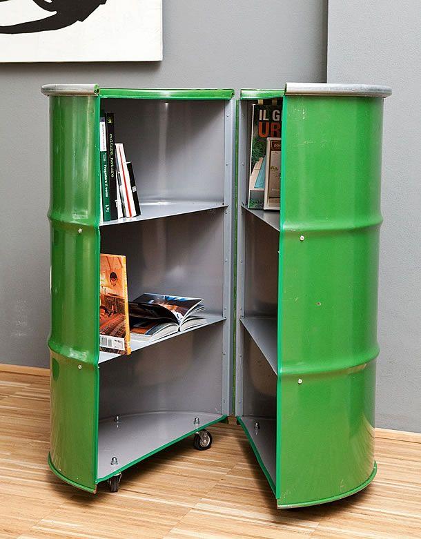 Barris de ferro usados transformado em uma biblioteca sobre rodas