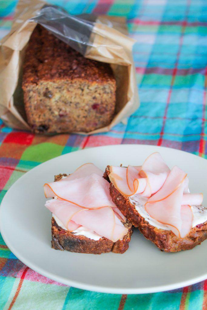 """Det här är ett av mina populäraste recept ur """"Malins nya mat"""" . Ett enkelt bröd som påminner om limpa! SÖTSYRLIG LINGONLIMPA, 1 bröd 5 dl finsk surmjölk eller svensk filmjölk 2 dl glutenfritthavremjöl 2 dl rismjöl 1 dl boveteflingor eller kli 0,5 dl hela linfrön 0,5 dl pumpafrön 0,5 dl glutenfria havreflingor 1 dlpofiber..."""