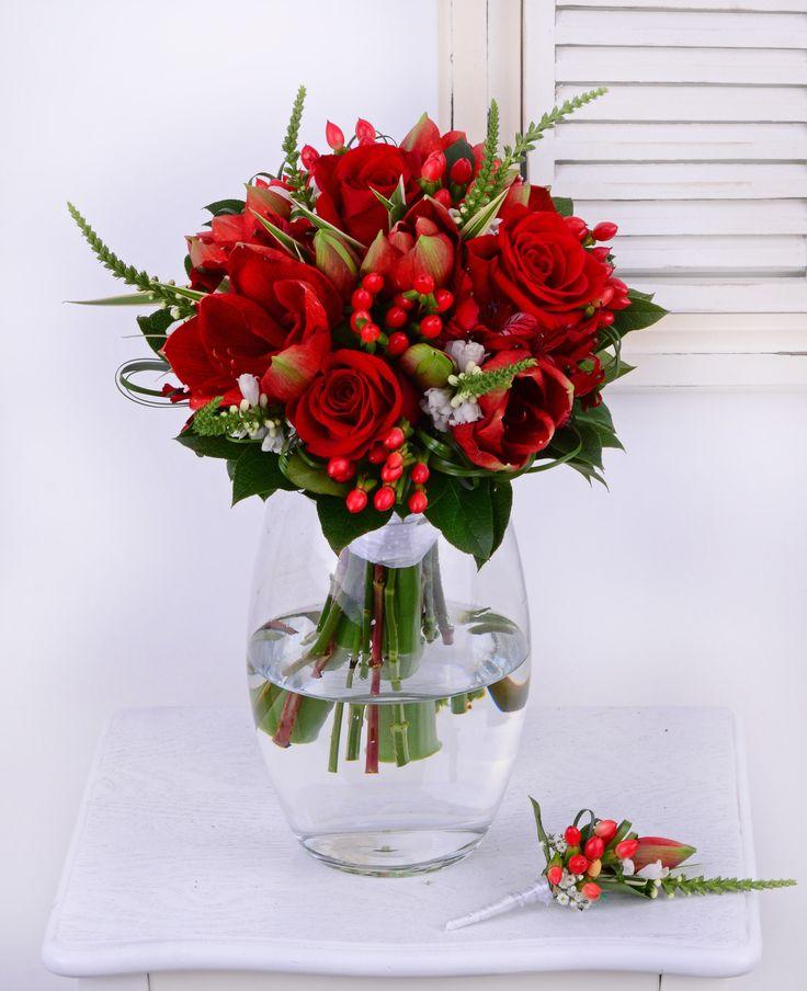 Amarylisy, ruže a hyperikum. Dokonalá kombinácia červených kvetov pre výnimočnú nevestu.  #svadba #svadobnakytica #cervenakytica #redbridalbouquet #wedding #bouquet #amarylis #roses #weddingday #slovakia #kvetyexpres