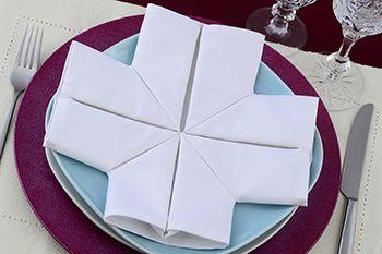 Servietten falten Anleitung Kreuz weiss. Diese Servietteform eignet sich zur Kommunion, Konfirmation, Taufe. Schauen Sie sich auch andere Faltanleitungen an.