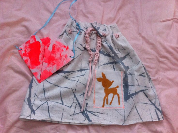 Project textiele werkvormen. Rokje maken: lap stof scheuren, boven inknippen om ceintuur door te kunnen rijgen, versieren en dichtstikken. Ceintuur ( vinger) haken en er doorheen rijgen. Tas : origami hart van geverfd karton.