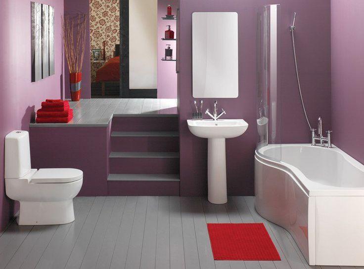peinture salle de bain : murs en mauve, sol en bois massif et tapis rouge