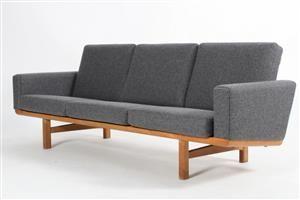 Hans J. Wegner 1914-2007. Tre-pers. sofa med stel af massivt egetræ, løse hynder…