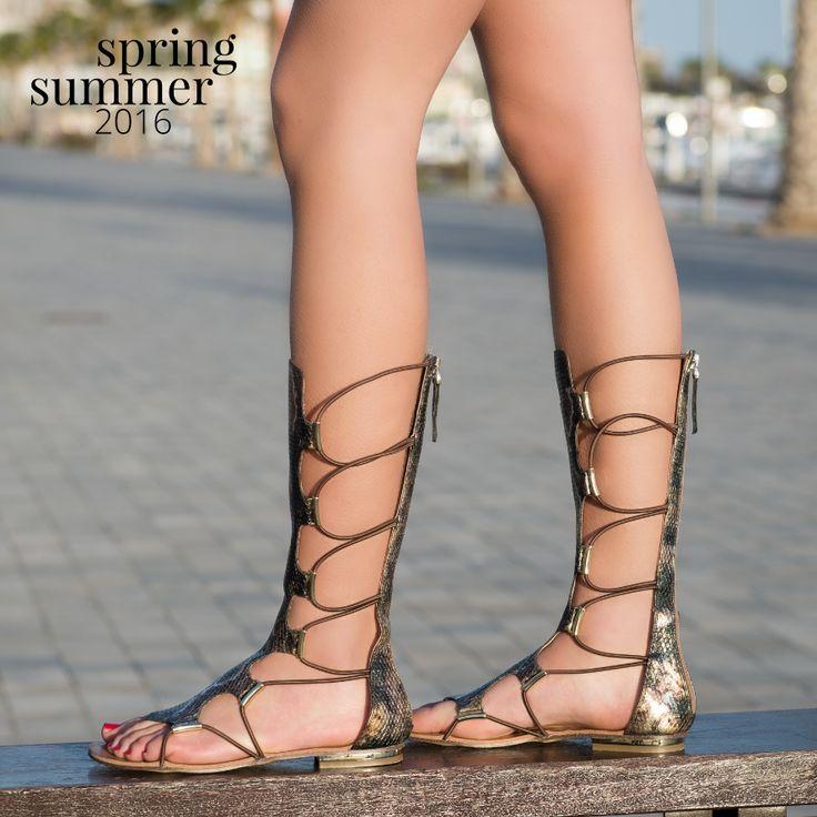 Si tu #estilo son los #vestidos largos, opta por estas #sandalias #romanas #animalprint ¡Tendrás el #look romántico de moda!.  #exe #exeshoes #sandalias #sandaliasplanas #sandaliasromanas #romanas #shoponline #calzado #primavera #verano