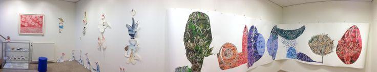 WERKPLAATS MUF (20 december 2013 t/m 1 januari 2014) (rood werk) Maurice Christo van Meijel: monochroom landschap (2013) aquarel op papier, 77 x 97 cm. (losse tekeningen) Barbara Guldenaar: zonder titel (2013) installatie van trekpoppen en aquarelfragmenten, diverse formaten (vanaf midden) Maurice Christo van Meijel: zonder titel (2013) aquarel op papier, 150 x 720 cm.