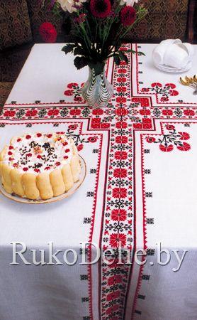 Вышитая крестом скатерть с двухцветным орнаментом в народном стиле