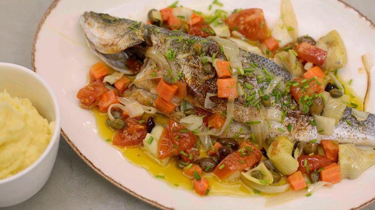 Vis met puree krijg je aan groot en klein verkocht. De puree bereid ik met fijne olijfolie, want de vis en groentebereiding die erbij komt heeft een mediterraan tintje. Bovenop grote stukken gevarieerde groenten, leg ik verse zeebaars. Na een kort verblijf in een hete oven, zet je een eenvoudig, eerlijk gerecht op de tafel.TIP: Deze bereiding kan je ook maken met bv. forel. Pas de gaartijd aan.