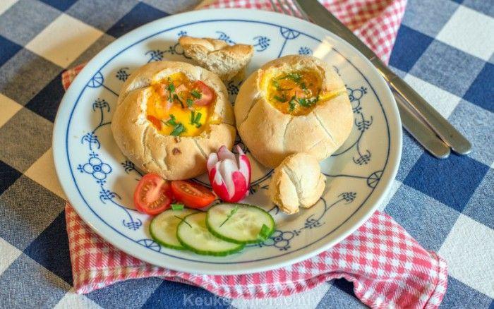 Gevulde ontbijt/lunchbroodjes met ei en gerookte zalm