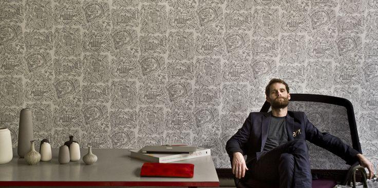Sac Big Shopping Marguerite acier et Pochette IPad Reine rubis. Fauteuil : Slow Chair, design Ronan & Erwan Bouroullec, by Vitra Porcelaines : Nørdik Market