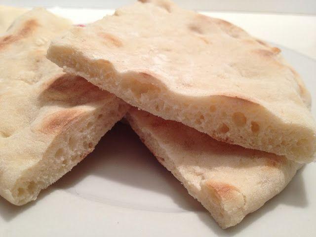 Le pain arabe n'a pas besoin de cuisson, car il est cuit dans une poêle à frire. Il est parfait pour accompagner les ragoûts, et pas seulement ceux d'origine arabe. Ingrédients 500 g de farine ou de semoule 1 sachet de levure Pain 2 cuillères à café de sel 300 ml d'eau tiède Instructions Mélanger
