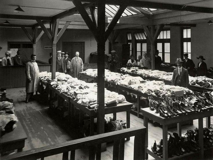 1921 Bank van lening Amsterdam  Verkoop van artikelen als kleding en schoenen op de bank van lening.