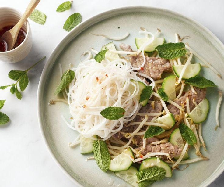 Ecco perché ci piace tanto la cucina asiatica! Questi noodles vietnamiti sono una vera bomba di sapori, ma restano super leggeri e freschi. Una gustosa combinazione di fettine di manzo marinate e saltate nel wok a fuoco alto con spaghetti di riso freddi serviti con un condimento piccante. Un delizioso contrasto, ideale per i giorni caldi!  Godetevelo!
