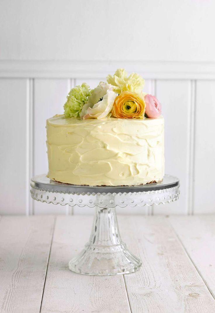 Bjud på fint citrongul tårta som får smak av frosting med lemoncurd. Tårta med citronfrosting och vallmofrön Välj en mindre form för en högre tårta – och gå gärna loss på garneringen med exempelvis vå