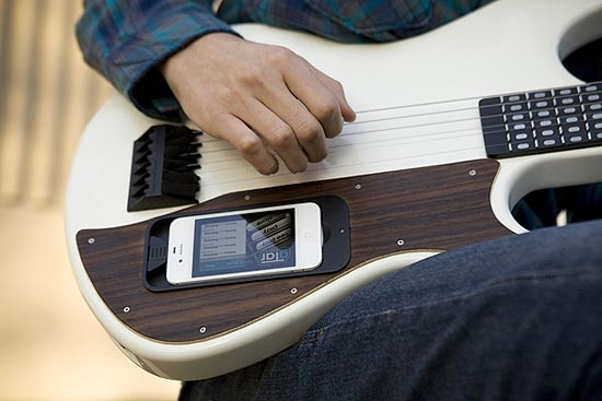 Uma guitarra com um iPhone acoplado que ensina que notas tocar arrecadou, até esta segunda-feira (28), US$ 250 mil no Kickstarter, site de crowdfunding, mas ainda faltam 30 dias para encerrar o prazo de financiamento do projeto. Na Folha ♦ por Kaluan Bernardo ♦ http://bitly.com/gTar-app