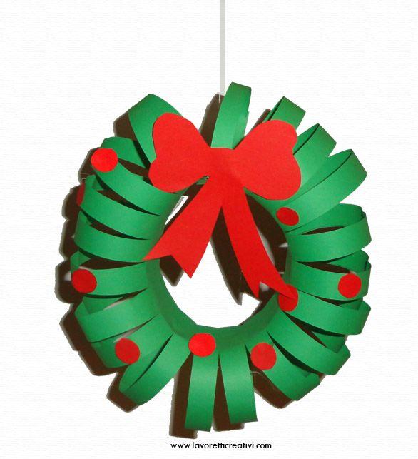 Ghirlanda da realizzare per il periodo di Natale. La decorazione legata con un filo di nylon può essere appesa alla porta di scuola o di casa. GHIRLANDA DI CARTA Materiale: 2 fogli di carta A4 verd...