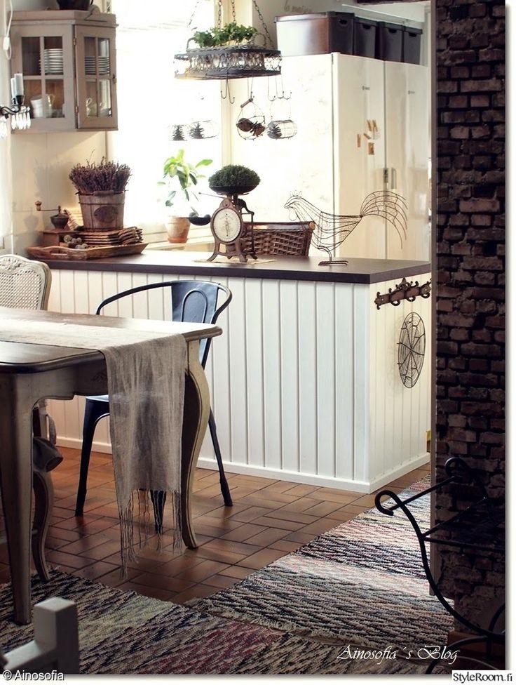 """""""Ainosofia""""n keittiö on täynnä vanhoja yksityiskohtia, kuten vanha keittiövaaka osoittaa. #styleroom #inspiroivakoti #keittiö #maalaisromanttinen"""